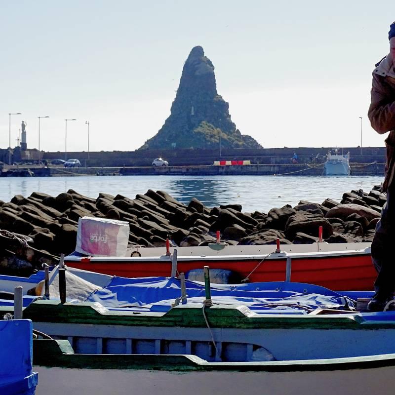 Vista barche mare e faraglione