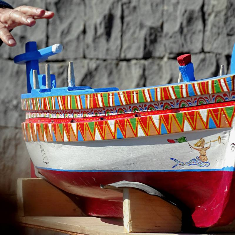 Modellino di Barca di legno colorata