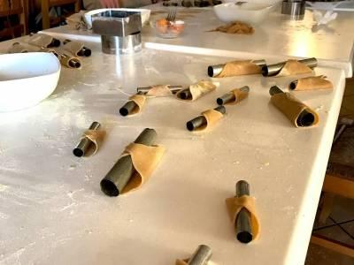Tavolo da lavoro con impasto del cannolo pronto per la frittura