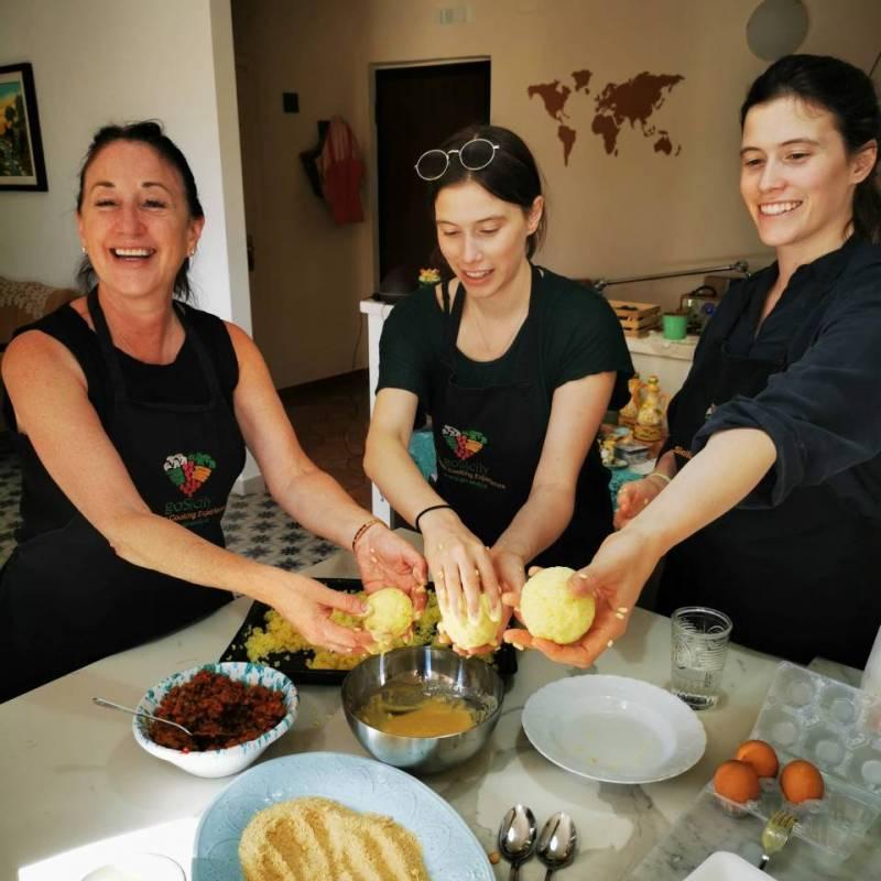 Tre donne che preparano gli arancini