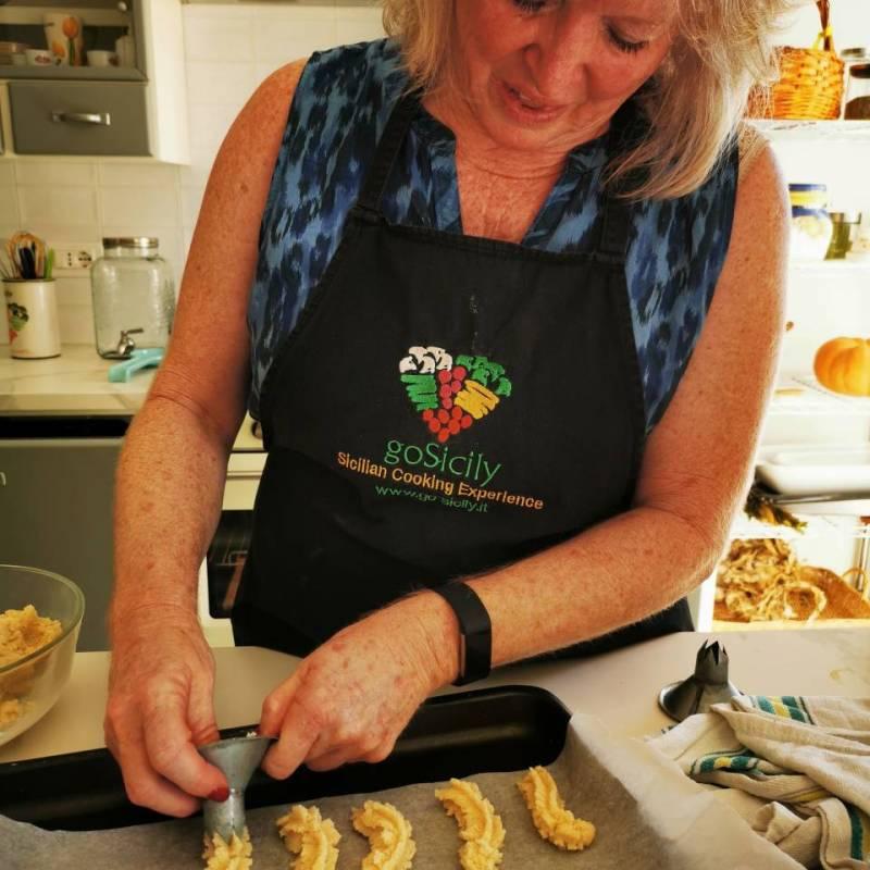 Donna che prepara i biscotti