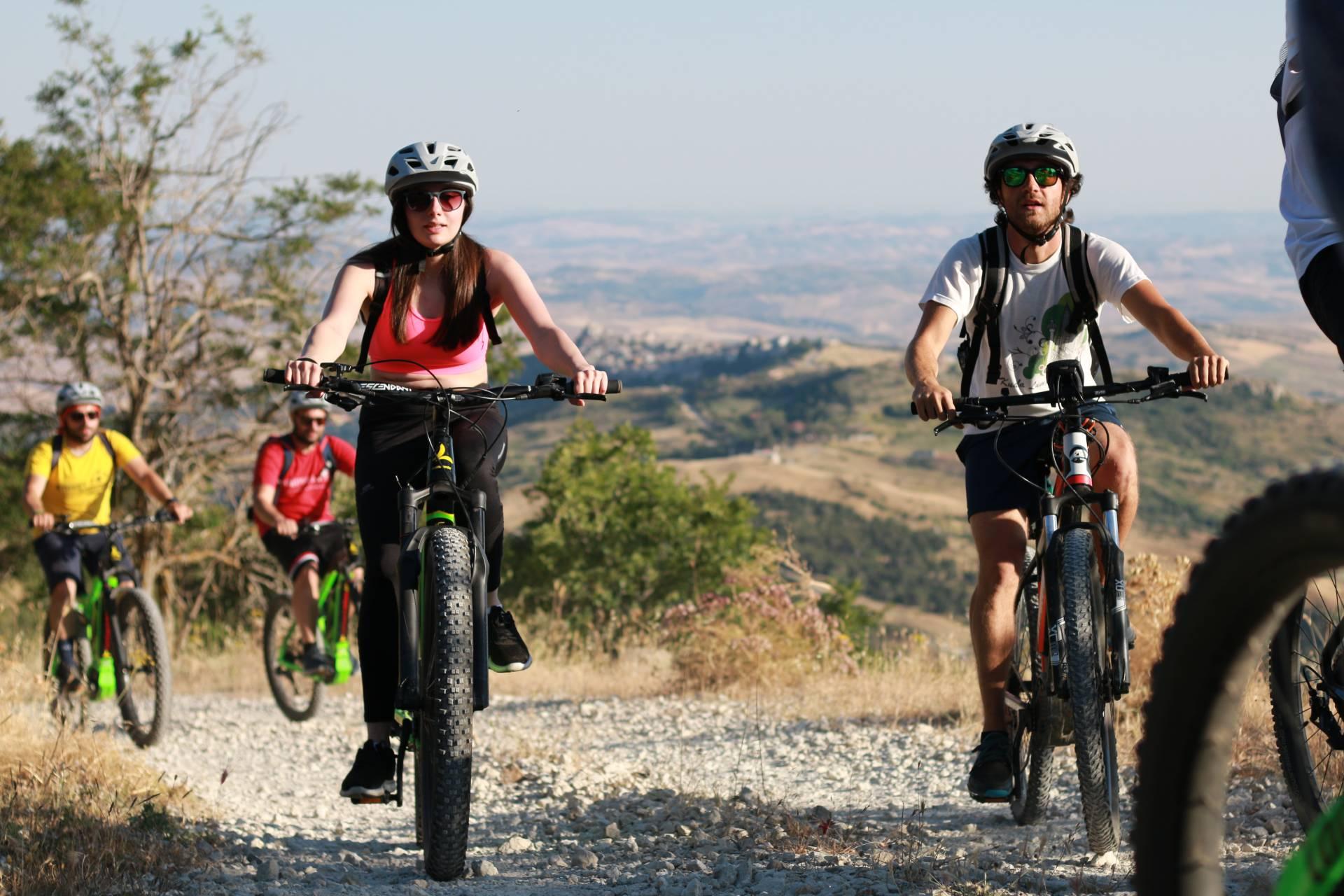 Gruppo di ciclisti in tour