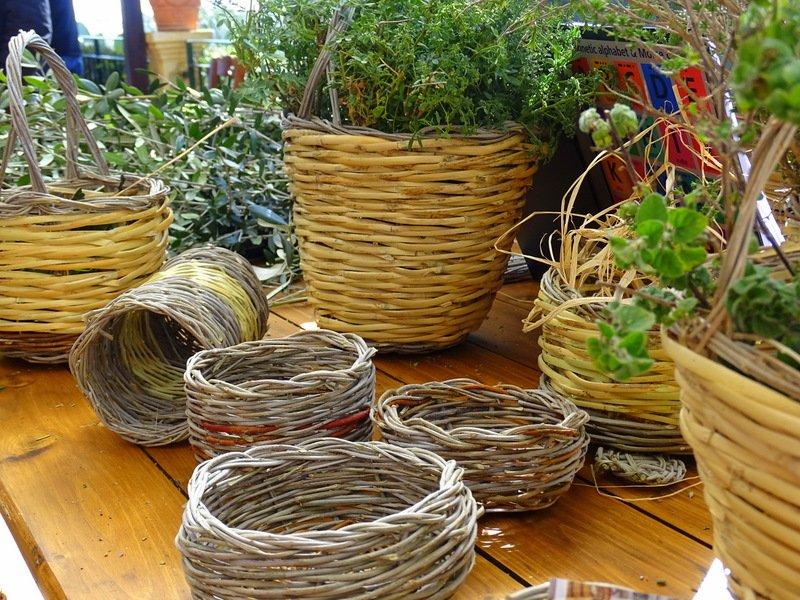 Cestini intrecciati ed erbe aromatiche