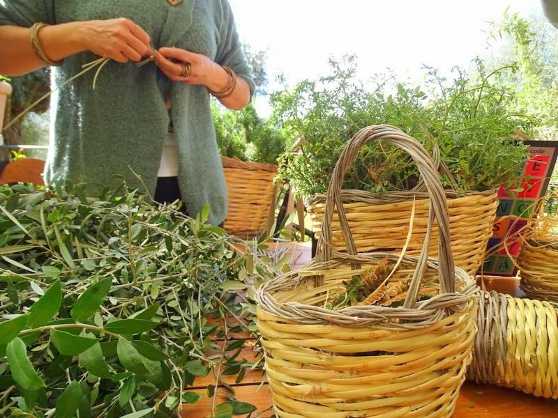 Donna che intreccia, cestini, erbe aromatiche