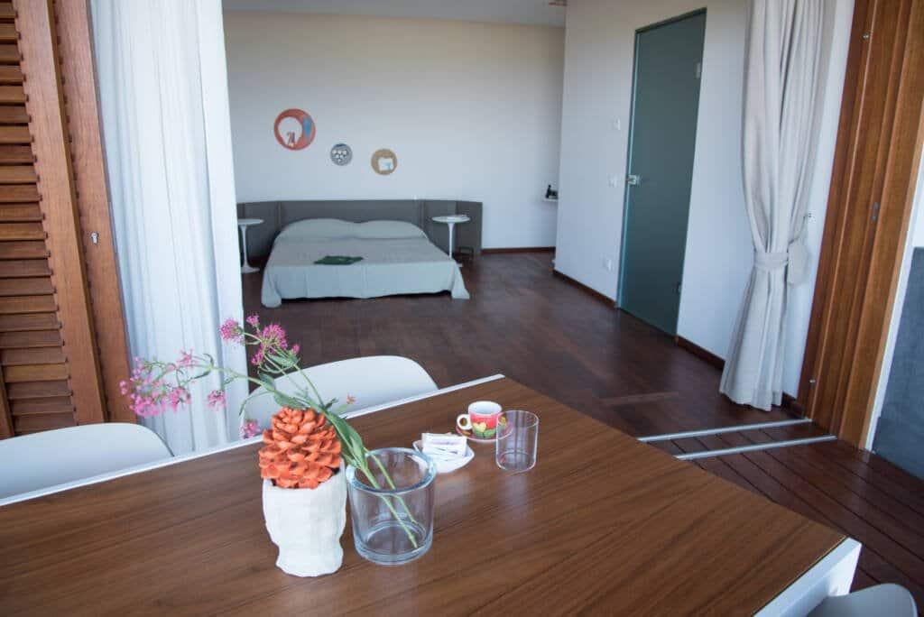Camera da letto e tavolo esterno con sedie per colazione