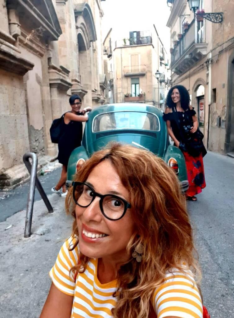 Le tre isolani per caso in una stradina di Caltagirone appoggiate ad un auto d'epoca