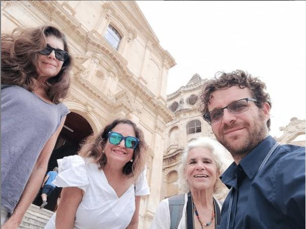 Chiesa San Francesco Noto con turiste e guida