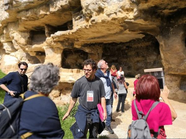 Guida con turisti a Cava D'Ispica
