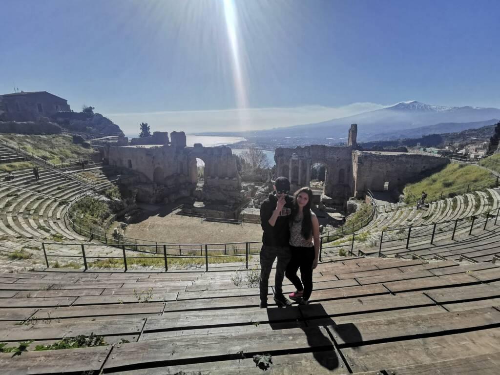 Soggetti che si abbracciano al Teatro antico di Taormina
