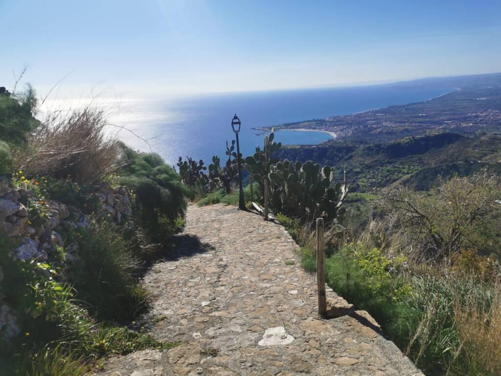 Strada in pietra che scende verso il mare