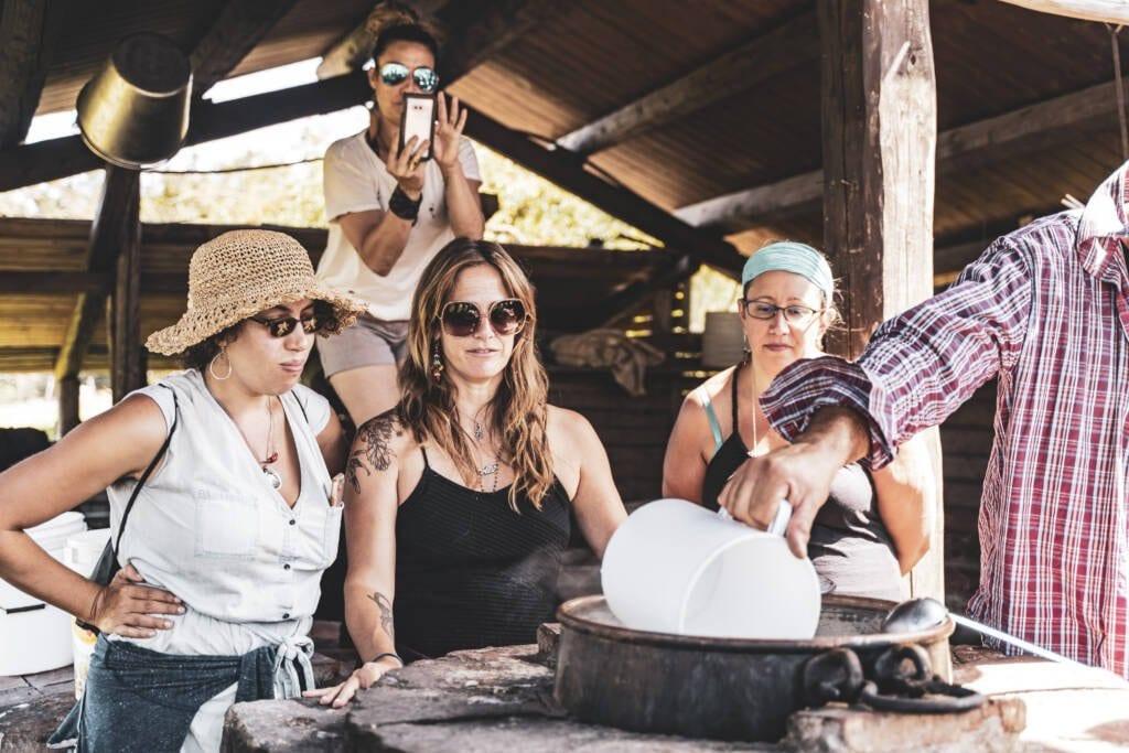 Turisti che guardano la preparazione della ricotta