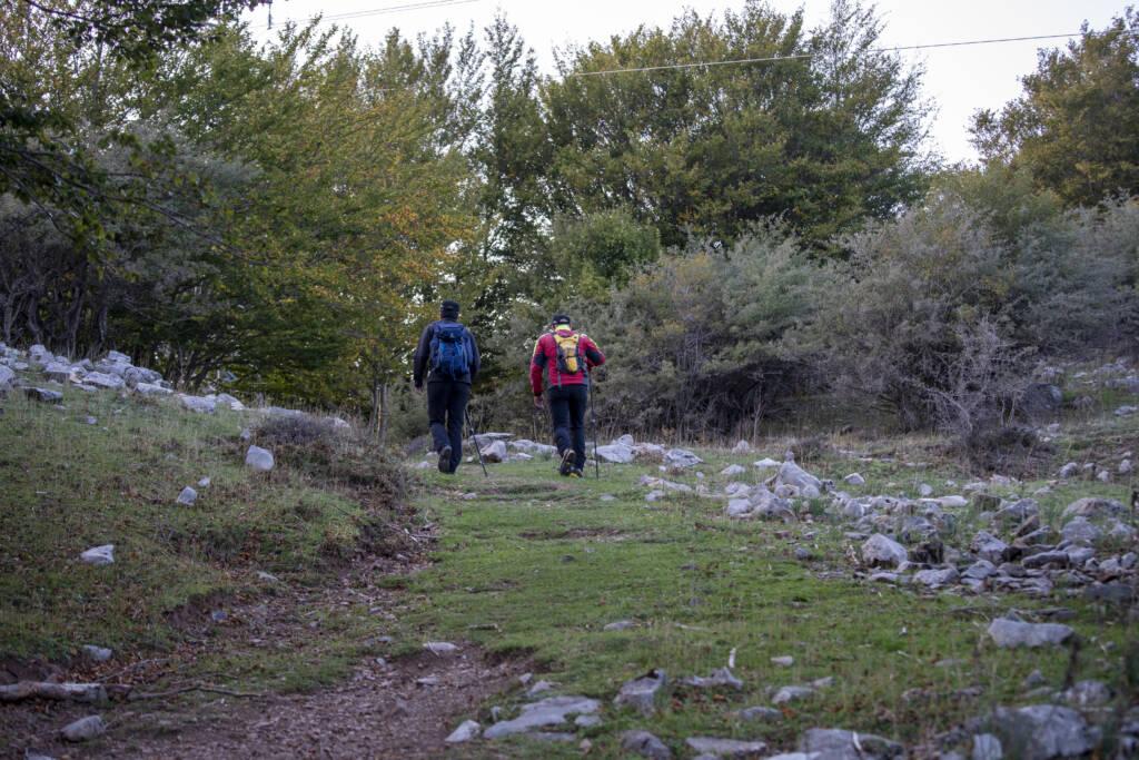 Due uomini di schiena in cammino nel Parco delle Madonie