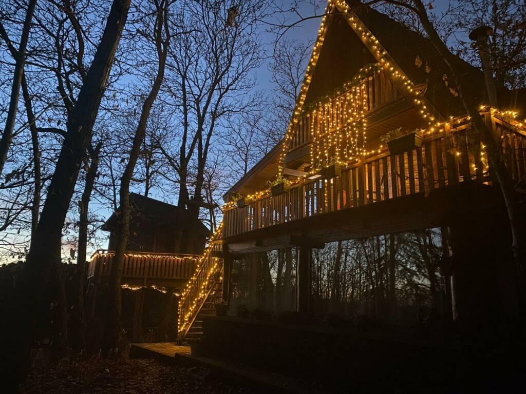 Esterno chalet al tramonto con luci natalizie