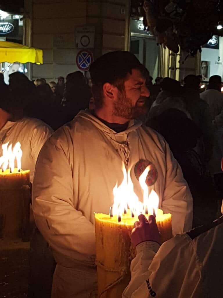 Devoto di Sant'Agata davanti ad un cero acceso
