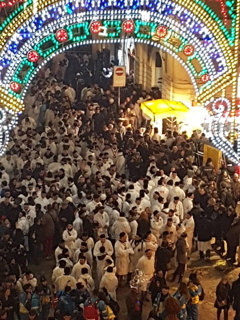 Gruppo di devoti di Sant'Agata in processione