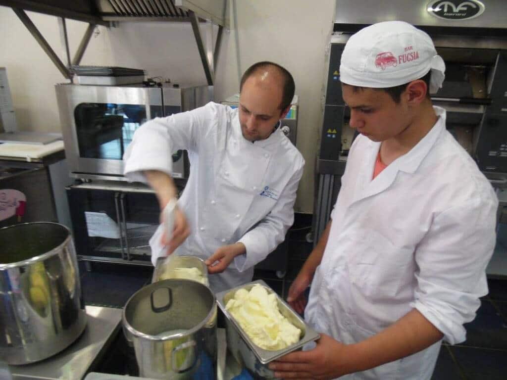 Mastri gelatieri all'opera per preparare il gelato artigianale