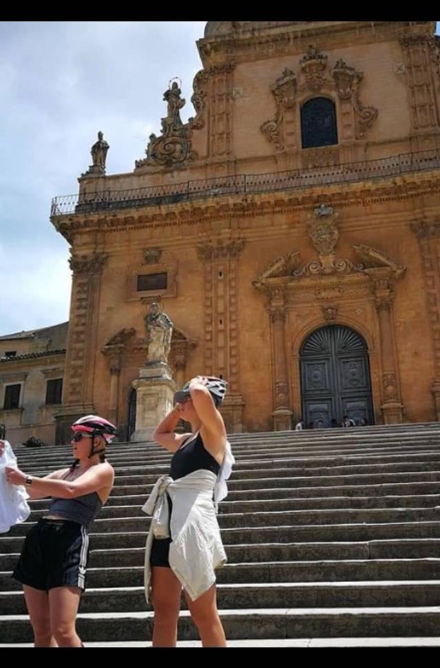 Cicliste in sosta alla cattedrale di Modica