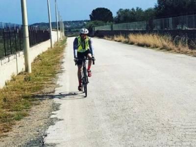 Ciclista in pedalata