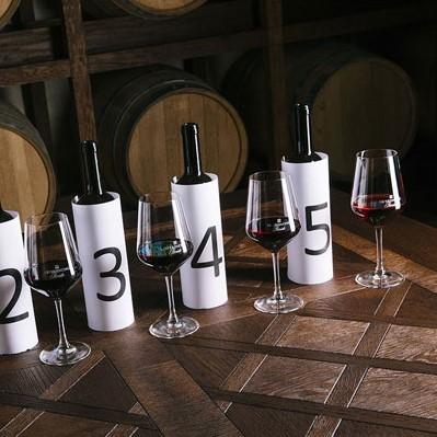 Bottiglie di vino coperte per degustazione a sorpresa