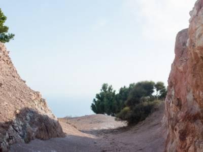 Sentiero vista mare e rocce Caolino