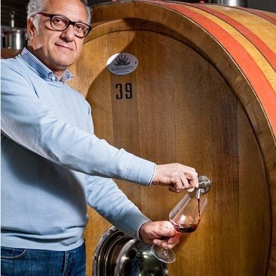Uomo che spilla vino dalla botte
