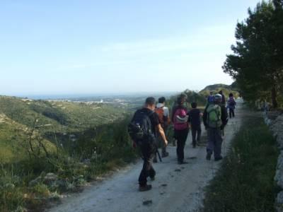 Escursionisti in cammino nella timpa di Acireale