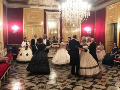 Prove di ballo in costume in palazzo ottocentesco