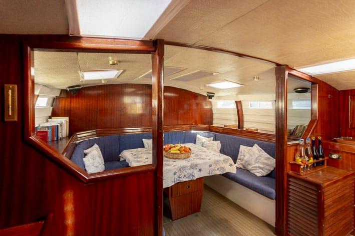 Interno cabina di una barca a vela