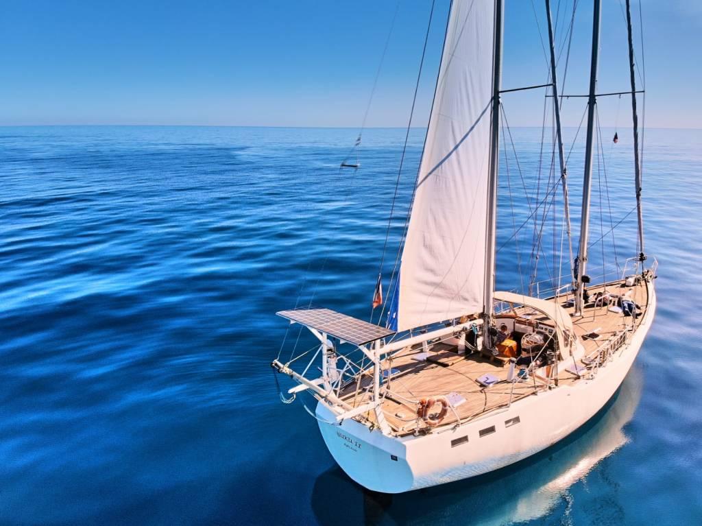 Barca a vela al largo