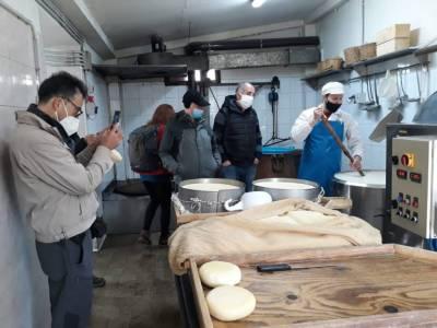 Dimostrazione di come si prepara il formaggio