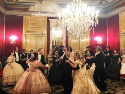 Sala da ballo con ballerini in costume ottocentesco