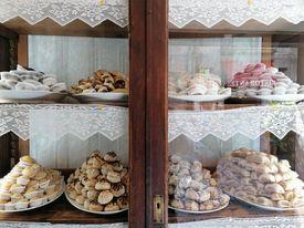 Esposizione tipici dolcetti di mandorle
