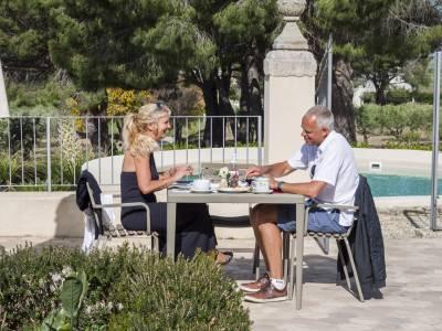 coppia durante la colazione seduta all\'esterno