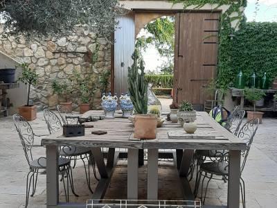 corte interna con tavolo antico ed oggetti antiche