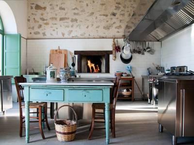 cucina con antico tavolo e forno acceso