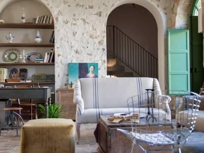 Reception Fontes Episcopi con divano e antichità