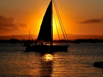 Barca a vela al tramonto a Marzamemi