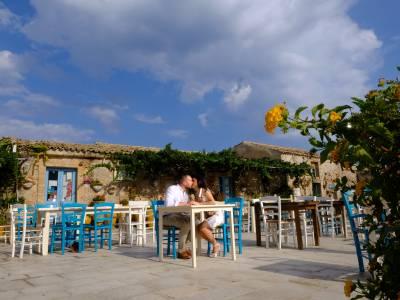 Coppia seduta nella piazzetta di Marzamemi