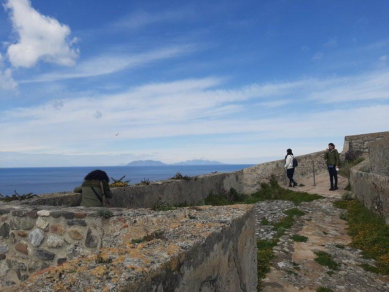 Isolane e guida Manuela che ammirano il panorama, il mare e le Eolie sullo sfondo