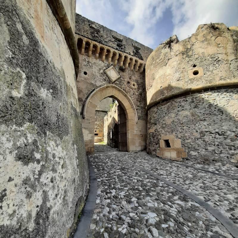 Arco e bastioni in pietra del castello