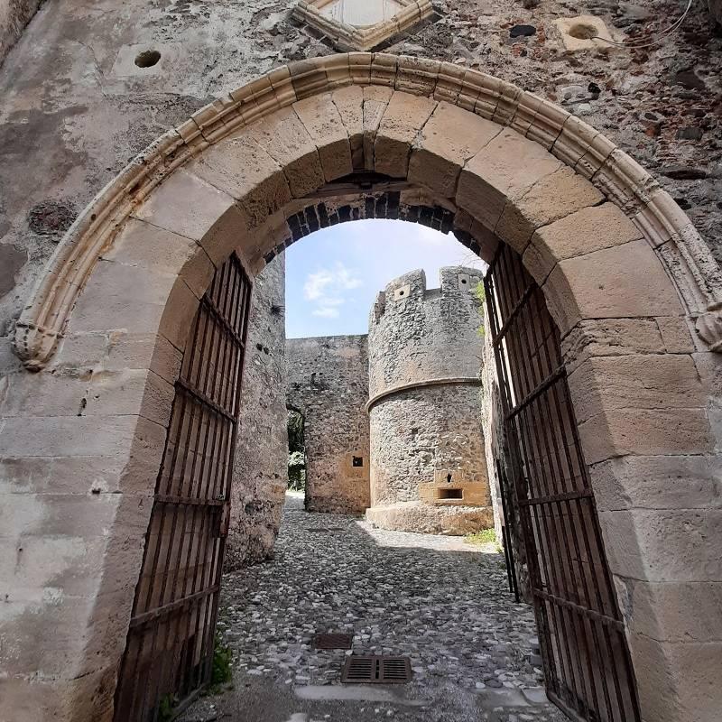 Arco di pietra con cancello di ferro battuto