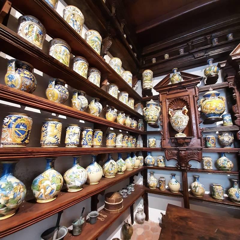 Esposizioni vasi antichi decorati per uso farmaceutico