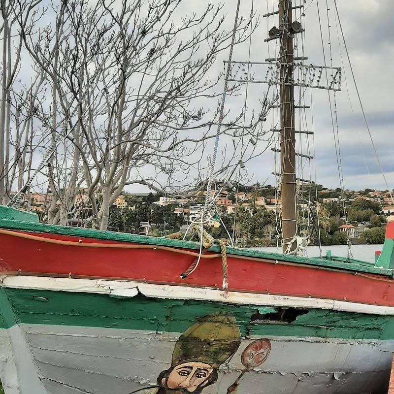 Antica barca di legno decorata con San Nicola