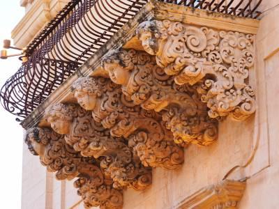 Fregio di balcone in stile barocco
