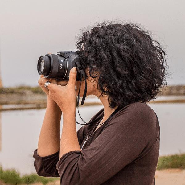 Isolana Daniela mentre scatta una foto con la sua amata macchina fotografica