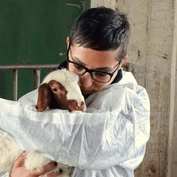Isolana Roberta che abbraccia un agnellino appena nato